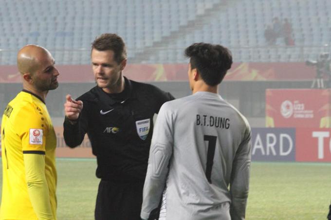 'Xử ép' U23 Việt Nam, trọng tài Christopher Beath bị đánh sập Facebook
