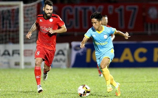 HLV Sanna Khánh Hòa kêu trời khi trọng tài ưu ái đội bóng Công Vinh