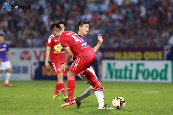 Video: Tăng Tiến triệt hạ Duy Mạnh, bị cấm hết lượt đi V.League 2018