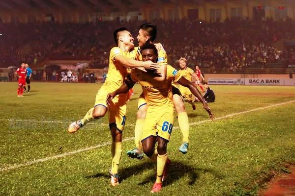 Tiếp tục 'mắn' bàn thắng, sao U23 của SLNA nhận mưa lời khen