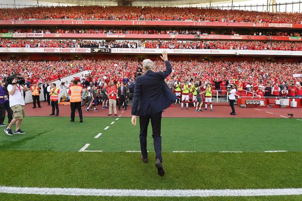 Wenger chúc Sir Alex Ferguson chóng bình phục trong ngày chia tay Emirates