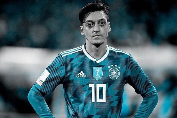 Mesut Ozil và những cầu thủ bị phân biệt chủng tộc ở ĐTQG