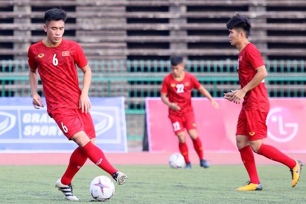 Cầu thủ U22 Việt Nam kêu trời, than khổ vì phải đá sân cỏ nhân tạo
