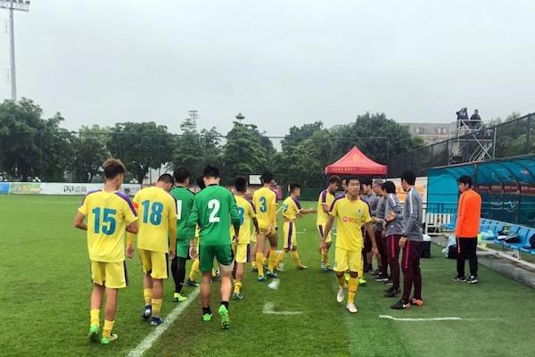 Cầu thủ U17 Hà Nội hành động ý nghĩa sau hành vi mất kiểm soát