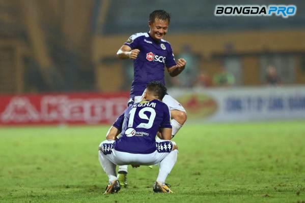 Quang Hải 'chơi lớn' với màn ăn mừng giống Ronaldo khiến các fan trầm trồ