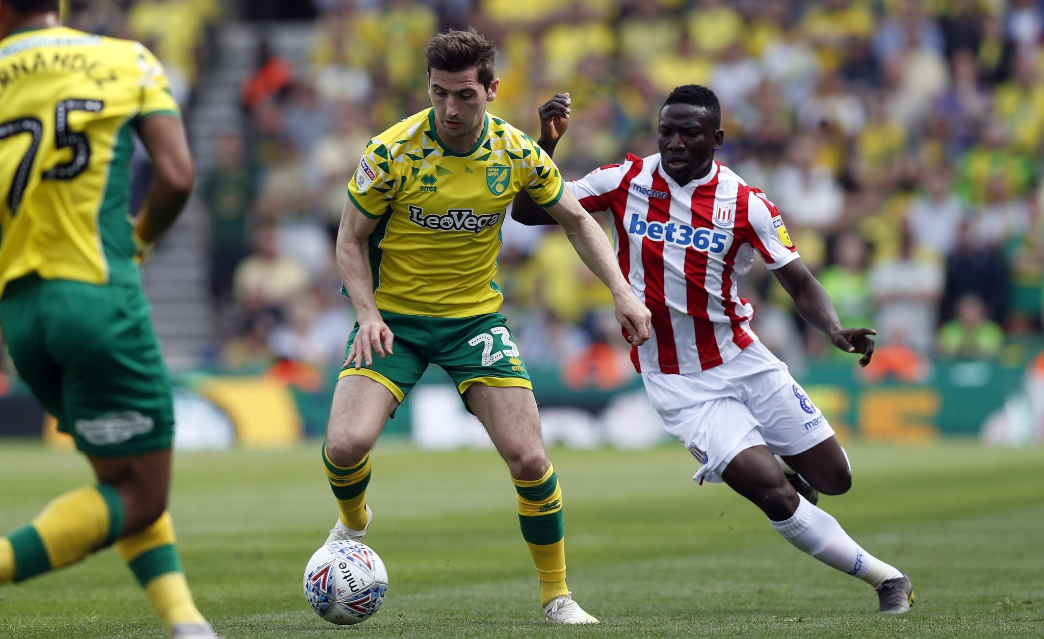 Stoke 2-2 Norwich: 'Chim hoàng yến' Norwich bị trì hoãn ngày lên hạng