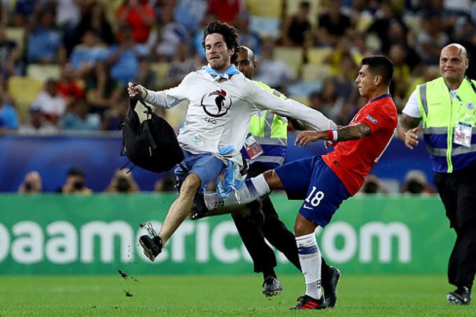 Cầu thủ Chile gây tranh cãi vì đá vào 'fan cuồng' trên sân