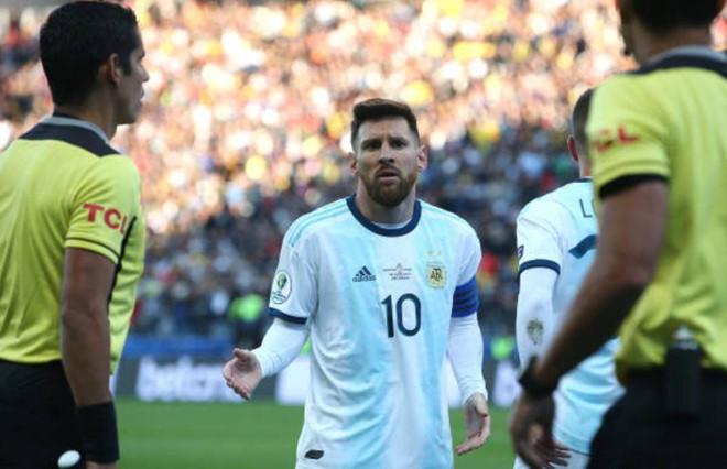 Lionel Messi gay gắt với Brazil sau khi nhận thẻ đỏ và từ chối nhận huy chương đồng
