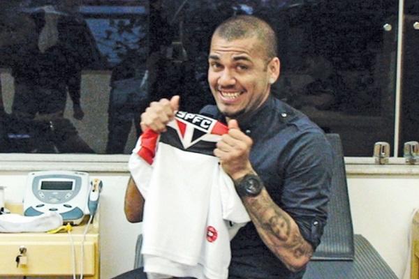 Dani Alves khoác áo tiền đạo ở Sao Paulo