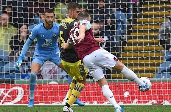 Burnley 3-0 Southampton: VAR không cứu được Southampton