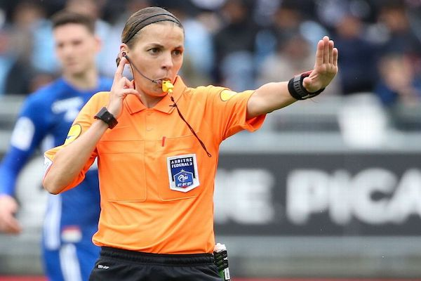 HLV Liverpool và Chelsea thi nhau 'nịnh' nữ trọng tài bắt chính Siêu cúp châu Âu