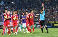 Phản ứng trái chiều về việc bầu Đức kỷ luật nặng cầu thủ chơi xấu ở trận thua Hà Nội FC