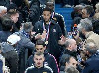 Video Neymar đấm CĐV sau trận thua đau ở chung kết Cúp Liên đoàn Pháp