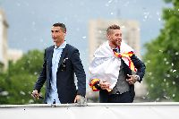 CR7 bị Ramos 'ngó lơ' trước ngày cưới