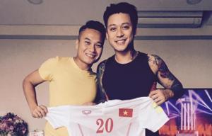 Phi Sơn - Đinh Thanh Trung cùng ca sỹ Tuấn Hưng đá bóng ủng hộ các hiệp sỹ đường phố