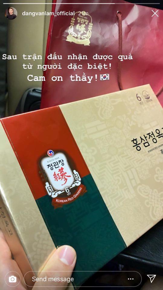 Đặng Văn Lâm nhận quà đặc biệt từ HLV Park Hang-seo trước Kings Cup 2019